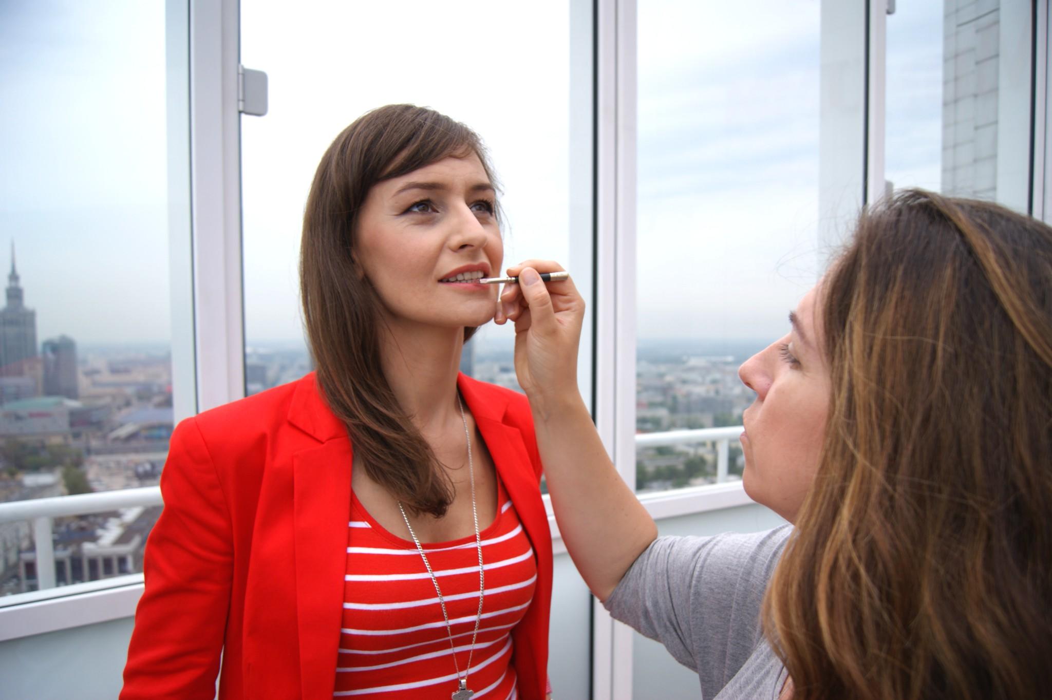 Iza i Renata podczas poprawki makijażu w trakcie sesji.
